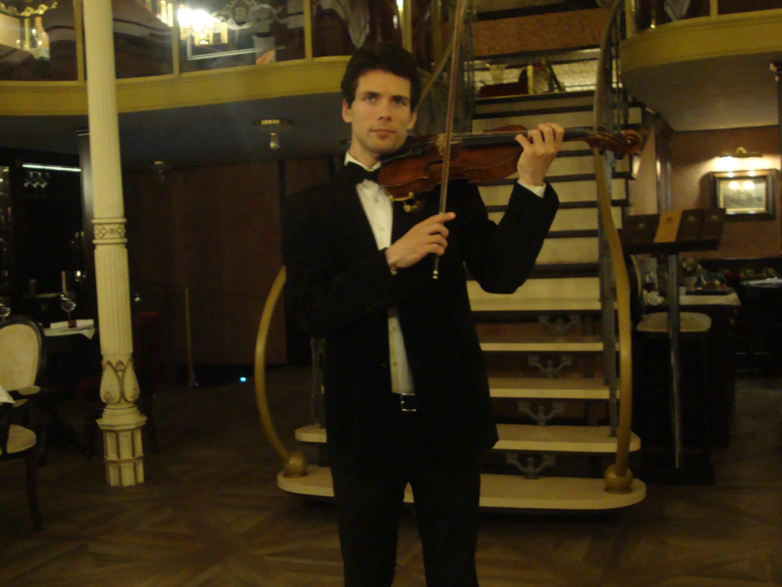 живая скрипка в Одессе, скрипач в Одессе, встреча гостей со скрипкой Одесса