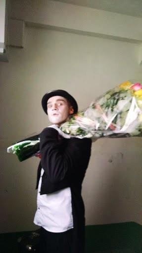 поздравление в Одессе, мим, букет цветов в Одессе